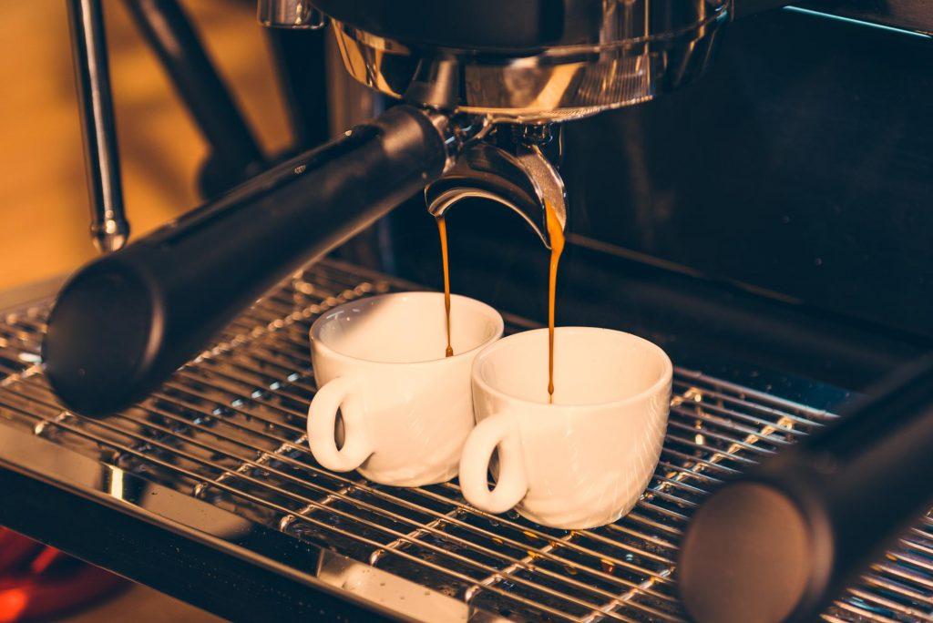 Parzenie kawy w ekspresie kolbowym